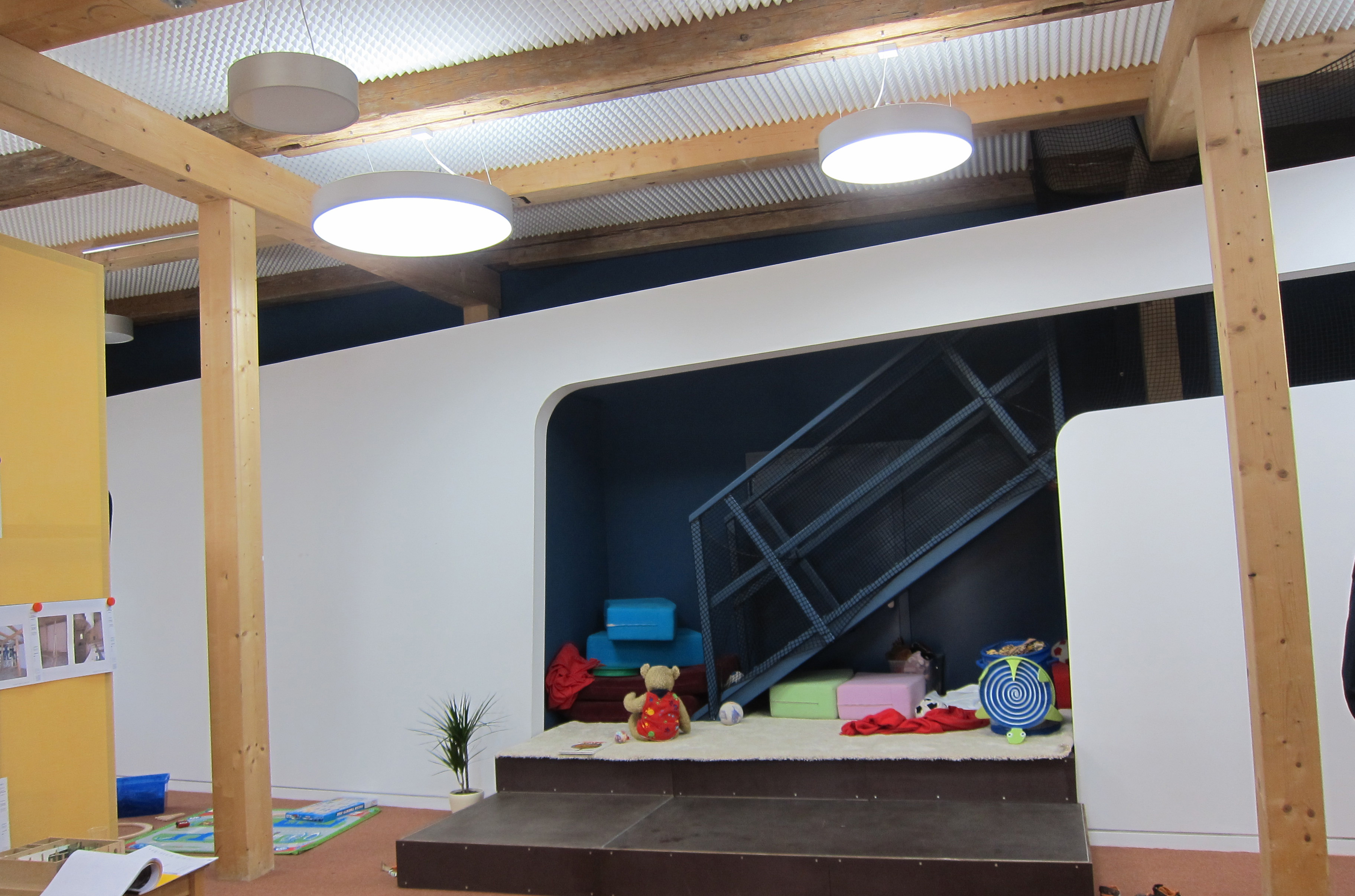 kindergartenbeleuchtung mit tageslichtlampen. Black Bedroom Furniture Sets. Home Design Ideas